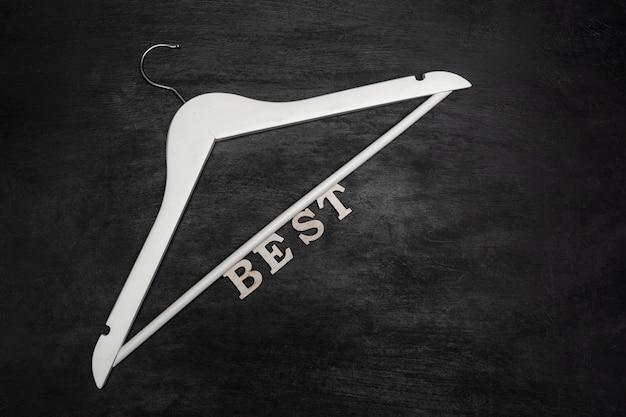 Witte hanger en inscriptie best op zwarte achtergrond. beste prijs. speciale aanbieding.