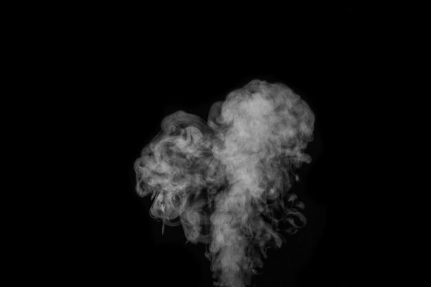 Witte hete krullende stoom rook geïsoleerd op zwarte achtergrond, close-up. hartvormige stoom voor valentijnsdag. maak mystieke halloween-foto's. abstracte achtergrond, ontwerpelement