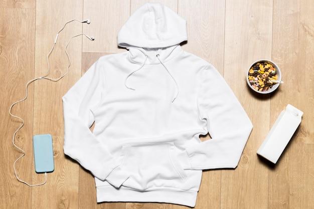 Witte hoodie met granen kom naast