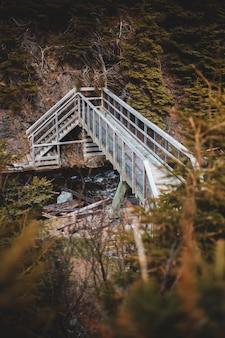Witte houten brug over de rivier