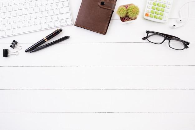 Witte houten bureaulijst met toebehoren.