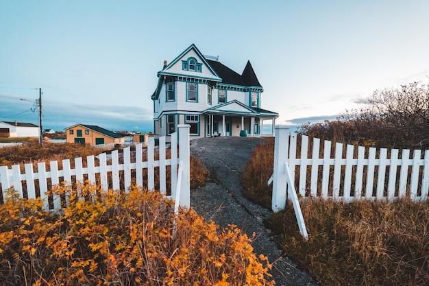 Witte houten huis overdag