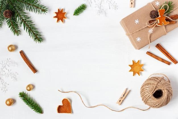 Witte houten kerst achtergrond gemaakt van decoratiestoffen en vuren takken