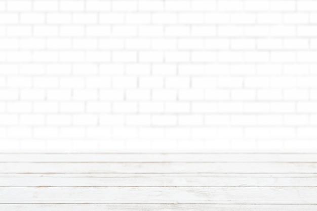 Witte houten planken met productachtergrond van witte bakstenen muur