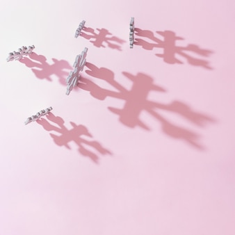Witte houten sneeuwvlokken kerstboomdecoratie met roze achtergrond. minimale nieuwjaar winter vakantie concept. plat leggen.