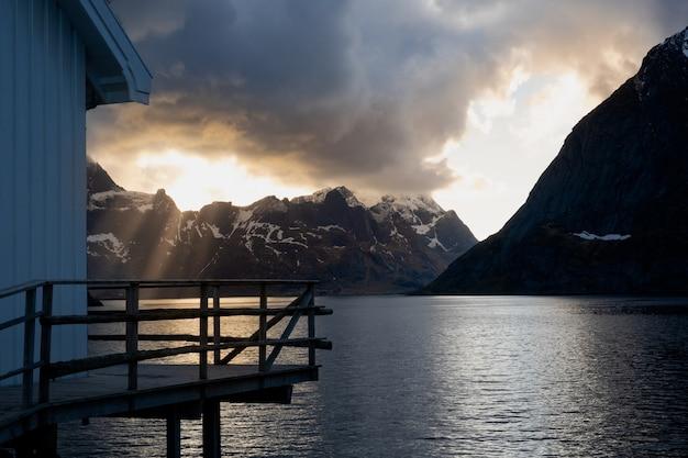 Witte huis aan zee op de lofoten-eilanden
