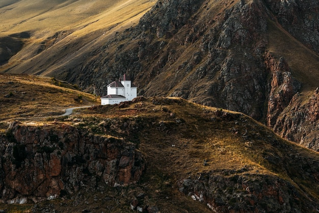Witte huis tussen de bergen. prachtig herfstlandschap. klein huis in de bergen. herfst bergen. herfstlandschap in de bergen