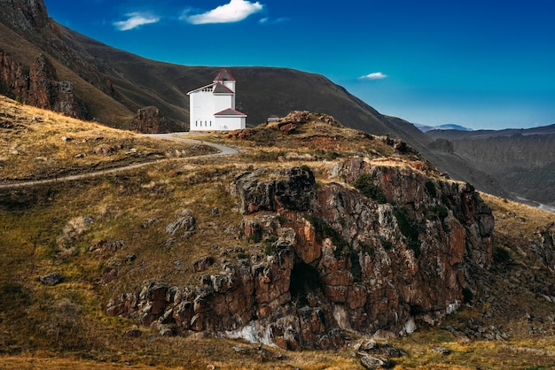 Witte huis tussen de bergen. prachtig herfstlandschap. klein huis in de bergen. prachtig berglandschap, herfst. herfst bergen. ruimte kopiëren