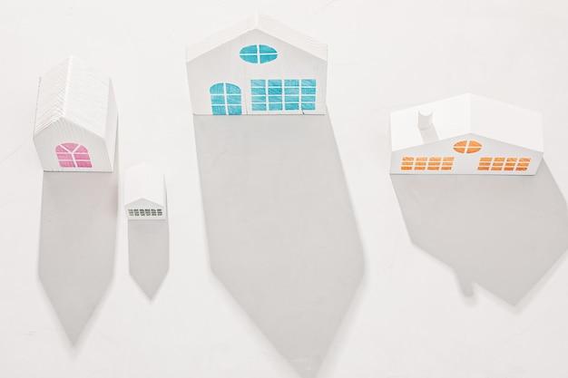 Witte huismodellen op een witte betonnen achtergrond