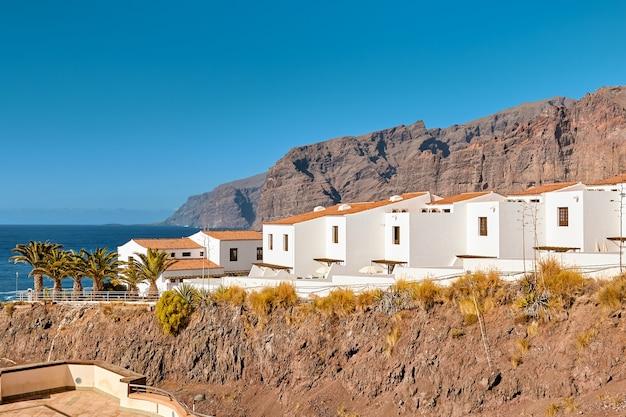 Witte huizen aan de zeekust van het tropische eiland tenerife