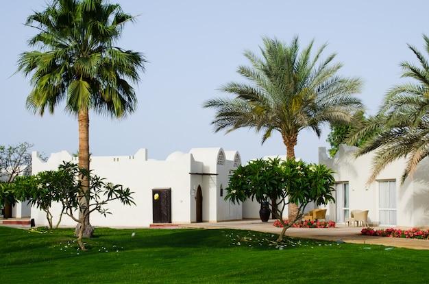 Witte huizen en goed verzorgd parkgebied van vijfsterrenhotel in sharm el sheikh.