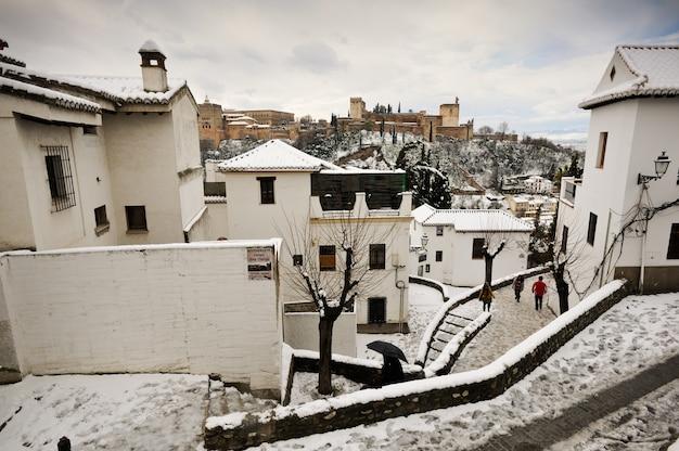 Witte huizen met sneeuw