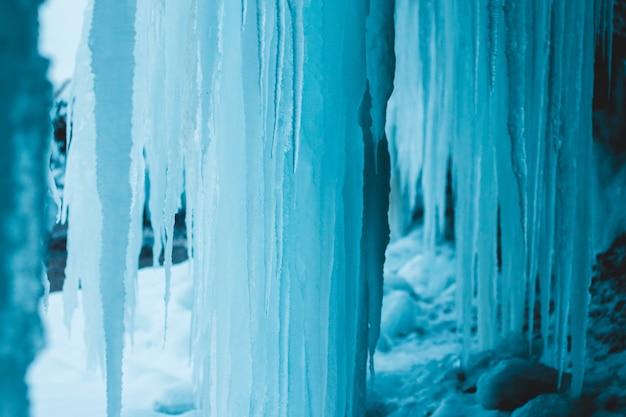 Witte ijspegels in grot