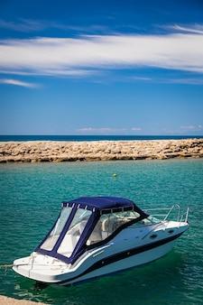 Witte jachtboot met turkse vlag verankerd in de baai van de oude stad side, turkije, achteraanzicht