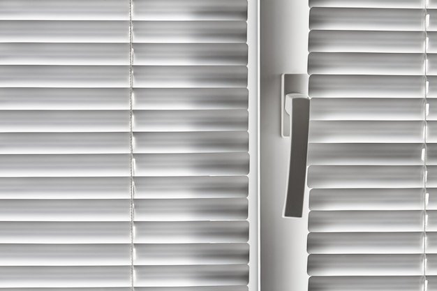Witte jaloezie op het raam. detailopname