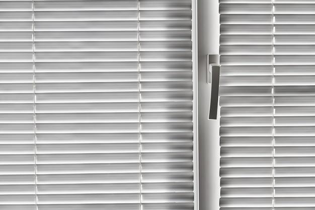 Witte jaloezie op het raam