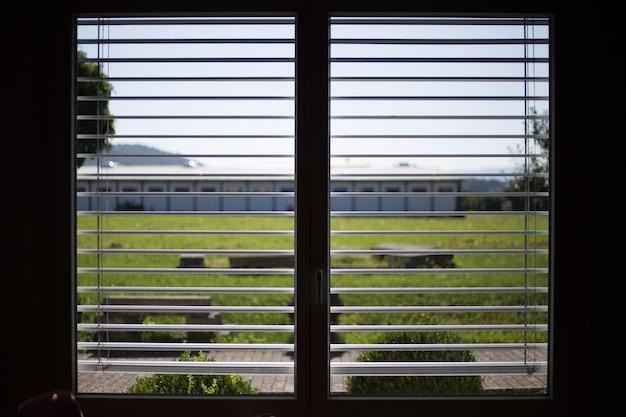 Witte jaloezieën op nieuwe kunststof ramen