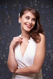 Witte jurk en elegante vrouw