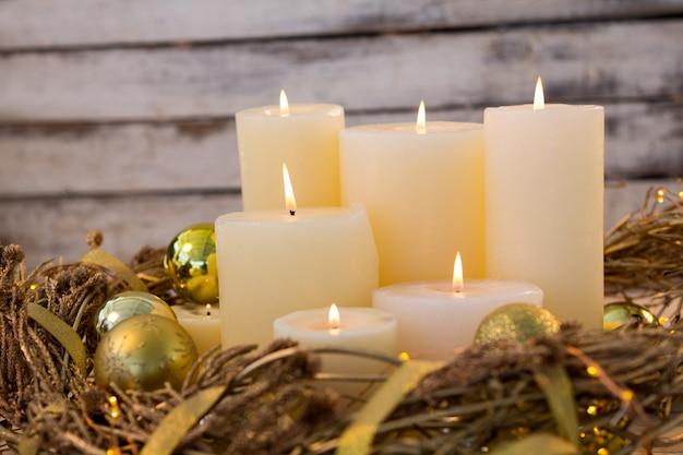 Witte kaarsen verlicht met kerst decoratie