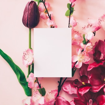 Witte kaart voor mock up met mooie bloemen achtergrond