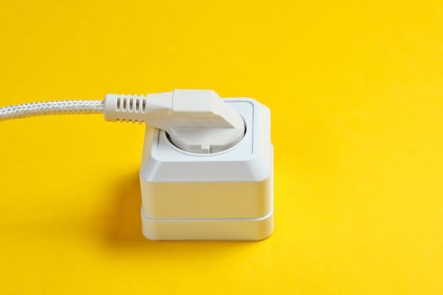 Witte kabel aangesloten op stopcontact