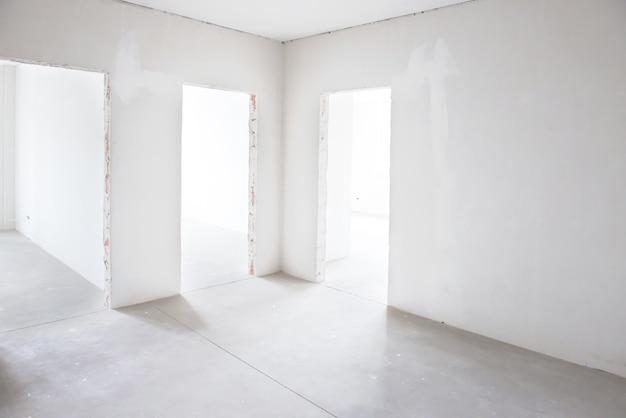 Witte kamer met drie ingangen. lege binnenruimte