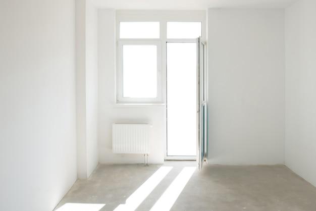 Witte kamer met raam vol licht