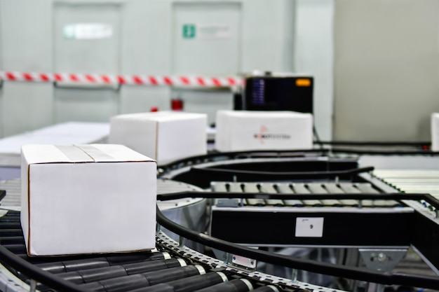 Witte kartonnen dozen op transportband. pakketten transportsysteem