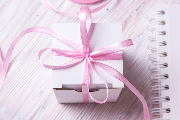 Witte kartonnen geschenkdoos met kom