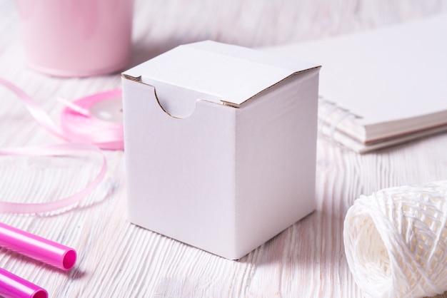 Witte kartonnen geschenkdoos