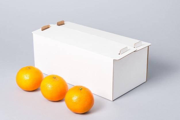 Witte kartonnen taart doos met deksel op grijze achtergrond