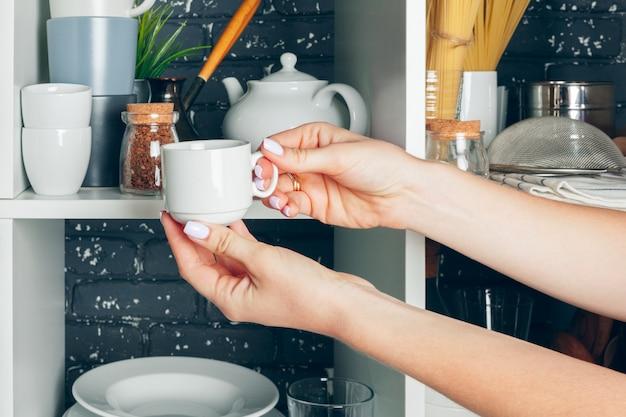 Witte kast met servies