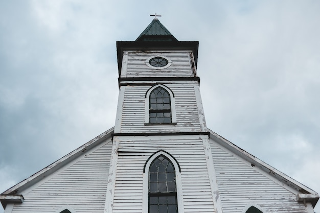 Witte kathedraal over bewolkte hemel