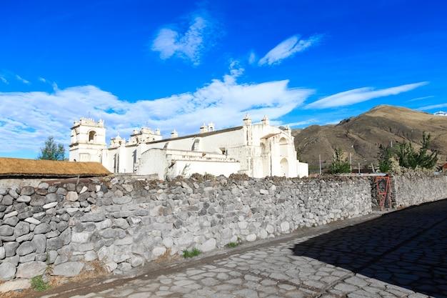 Witte katholieke kerk op het platteland van peru