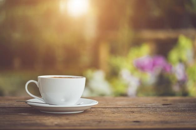 Witte keramische koffiekopje op houten tafel of aanrecht