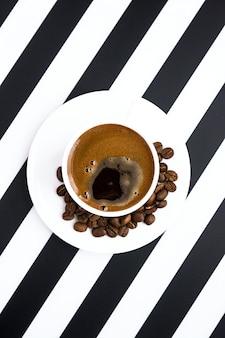 Witte keramische kop sterke koffie op gestreepte achtergrond