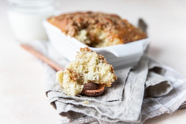 Witte keramische ovenschaal met gezonde vegan kruimeltaart gezond dessert
