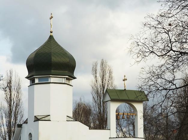 Witte kerk in de stad kiev