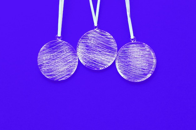 Witte kerstballen versieringen op heldere blauwe achtergrond