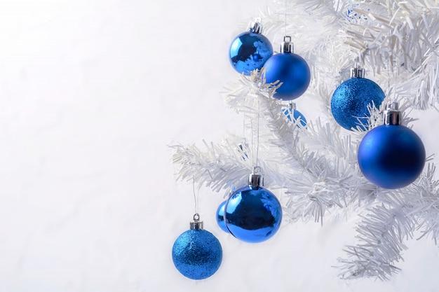 Witte kerstboom met de blauwe ruimte van het ornamentexemplaar