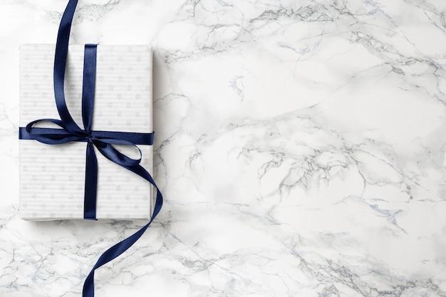 Witte kerstcadeau met blauw lint