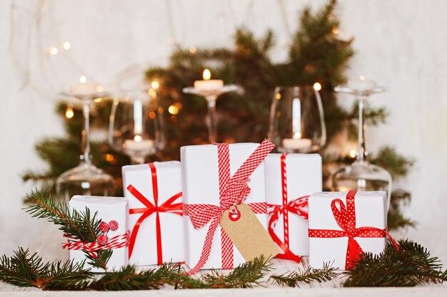 Witte kerstcadeaus met tag versierd