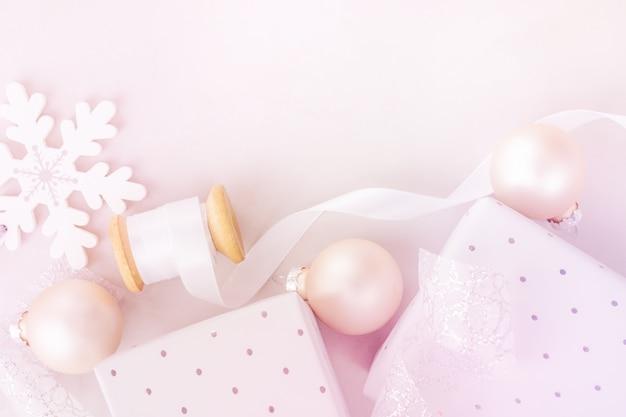 Witte kerstmis nieuwjaar achtergrond. snow flakes baubles geschenkdozen