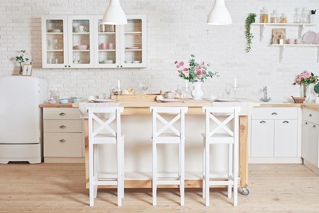 Witte keuken in interieur loftstijl. keukengerei en planken.