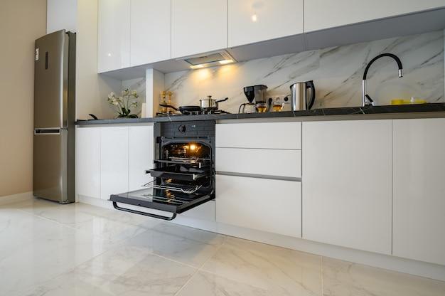 Witte keuken in klassieke stijl, vooraanzicht