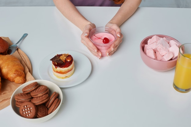 Witte keukentafel met croissants, koekjes, gebak en bakproducten