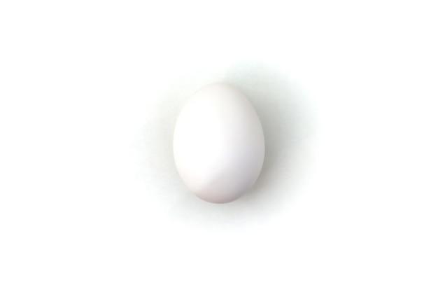 Witte kippeneieren op witte geïsoleerde achtergrond. ei op tafel, natuurlijke gezonde voeding. creatieve minimalistische achtergrond. concept biologische landbouw en goede voeding. plaats voor een inscriptie of logo Premium Foto