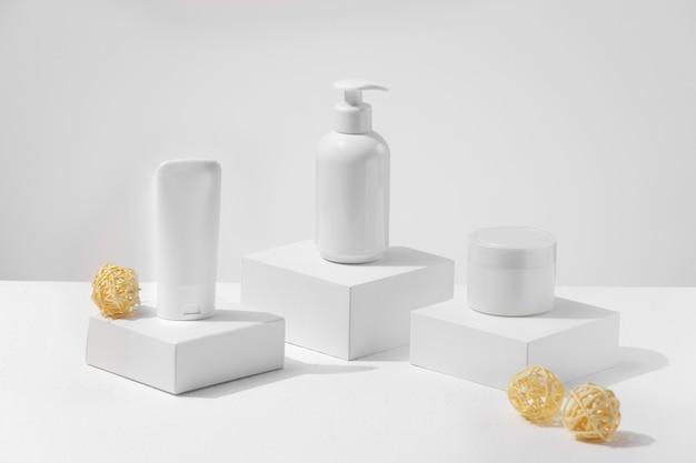 Witte kleur huidverzorgingsproducten zonder aansprakelijkheid voor de advertentie. blogger adviseert welke moisturizer je moet kiezen.
