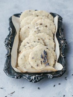 Witte koekjes in een zwarte lade