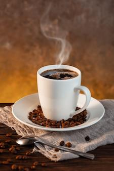 Witte koffiekop en koffiebonen
